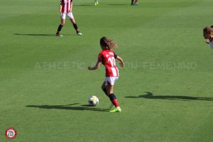 Maite Oroz attacking the ball