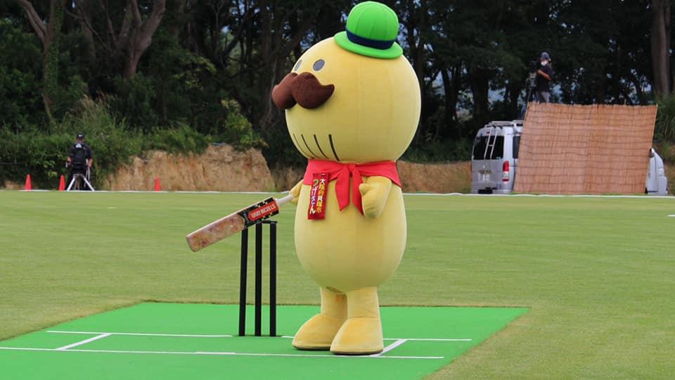 Tsugesan, the city of Kaizuka's imposing yet cuddle cricket mascot.